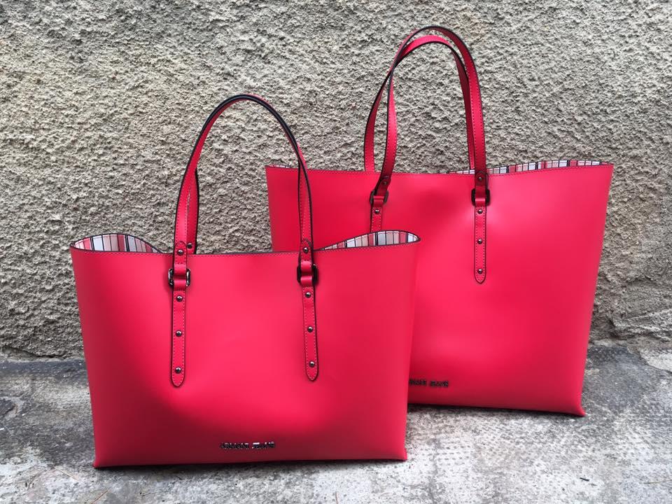 44e11dfc05 Le shopping bag della nuova collezione sono grandi, comode, organizzate  internamente, con fondi spaziosi e manici lunghi.